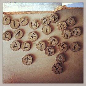 Runes en bois gravé